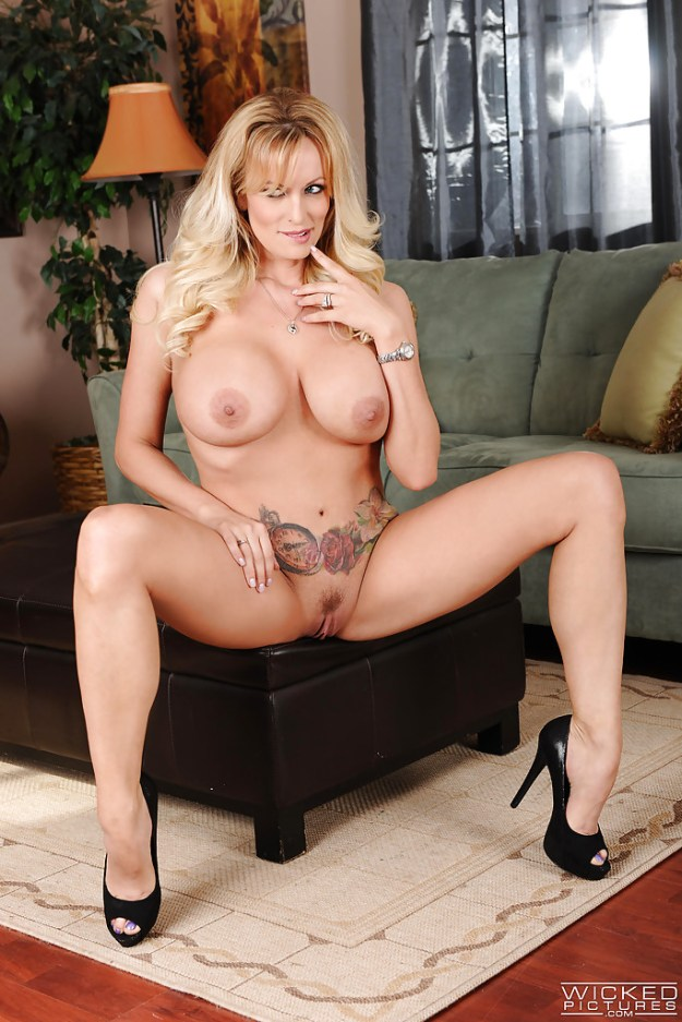 Stormy Daniels Nude Photos alleged affair with Donald Trump