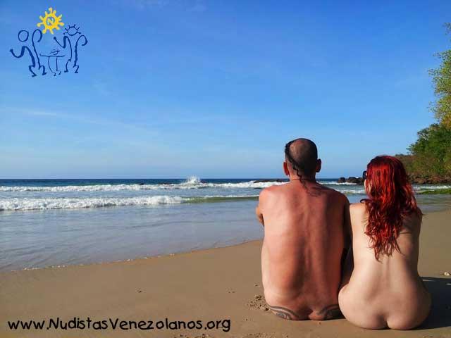 Jóvenes en la Playa Nudista de Venezuela