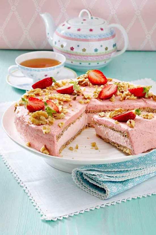 Tarta rosa con fresas y nueces
