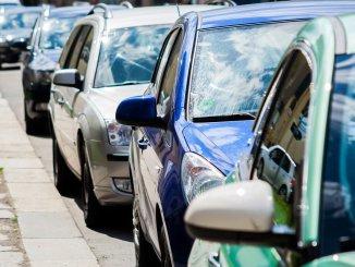 Autos_cars_schlange_stau_fahrzeuge_pkws_verkehr_straße