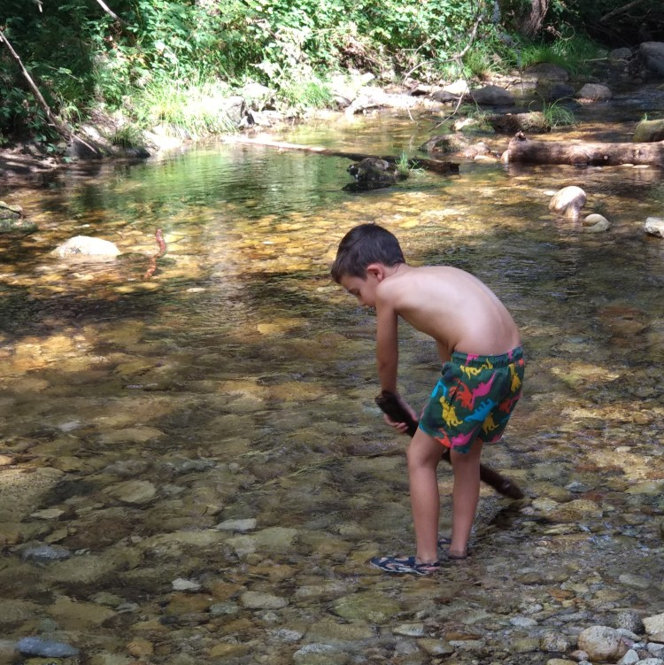 niño jugando en el rio