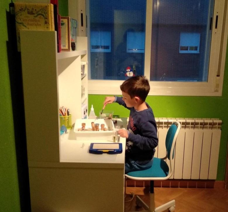 niño trabajando delante de escritorio IKEA