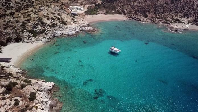 Vacances naturistes : une croisière en catamaran en grèce!