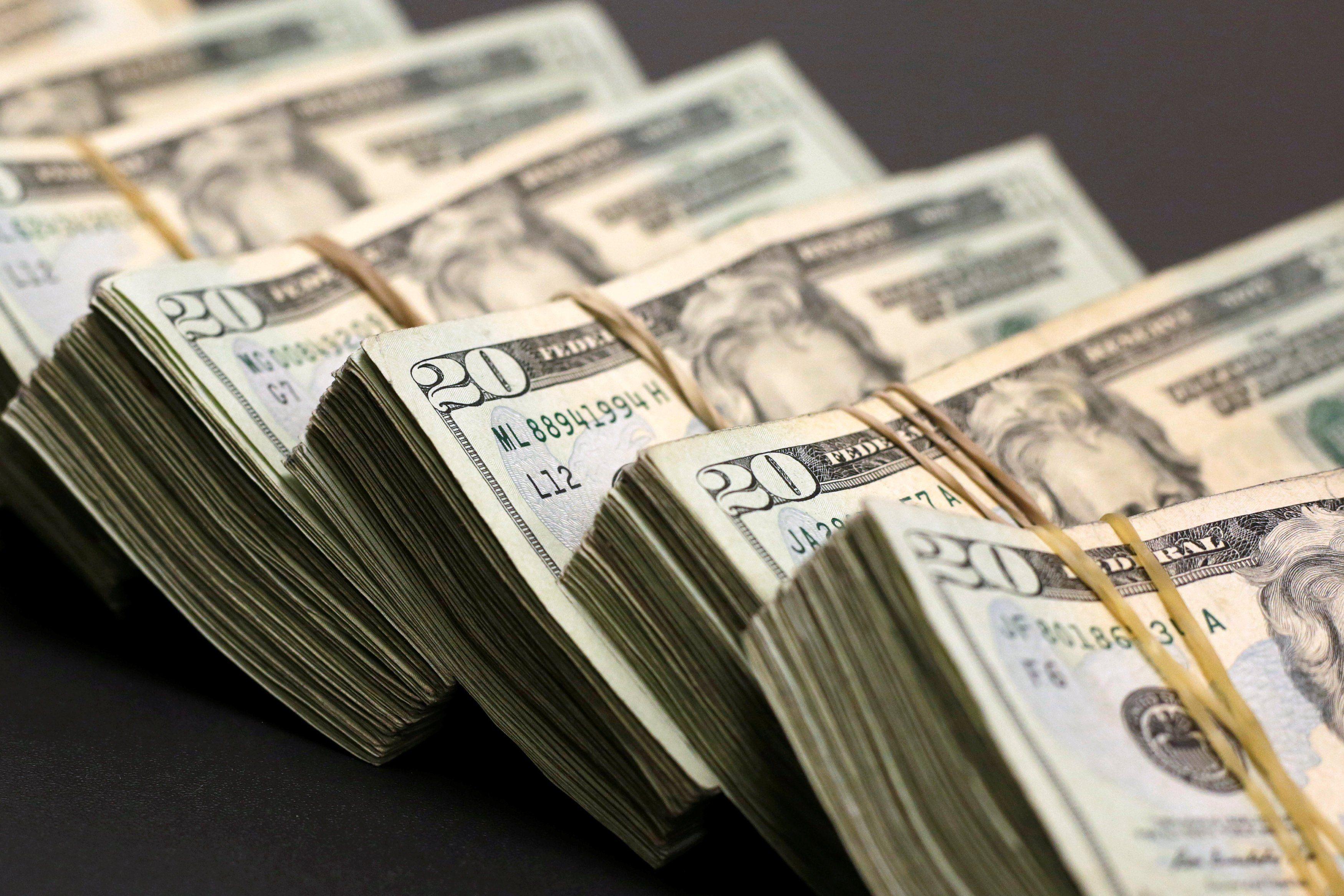 Dólar vuelve a superar la barrera de los $ 800