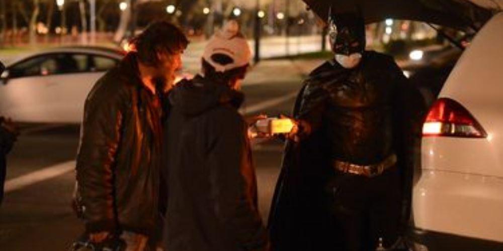El Batman solidario que reparte comida a personas en situación de calle es noticia internacional