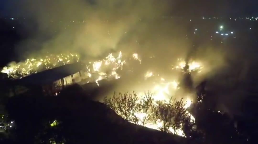 Impactantes imágenes de un feroz incendio que atacó una papelera en Don Torcuato