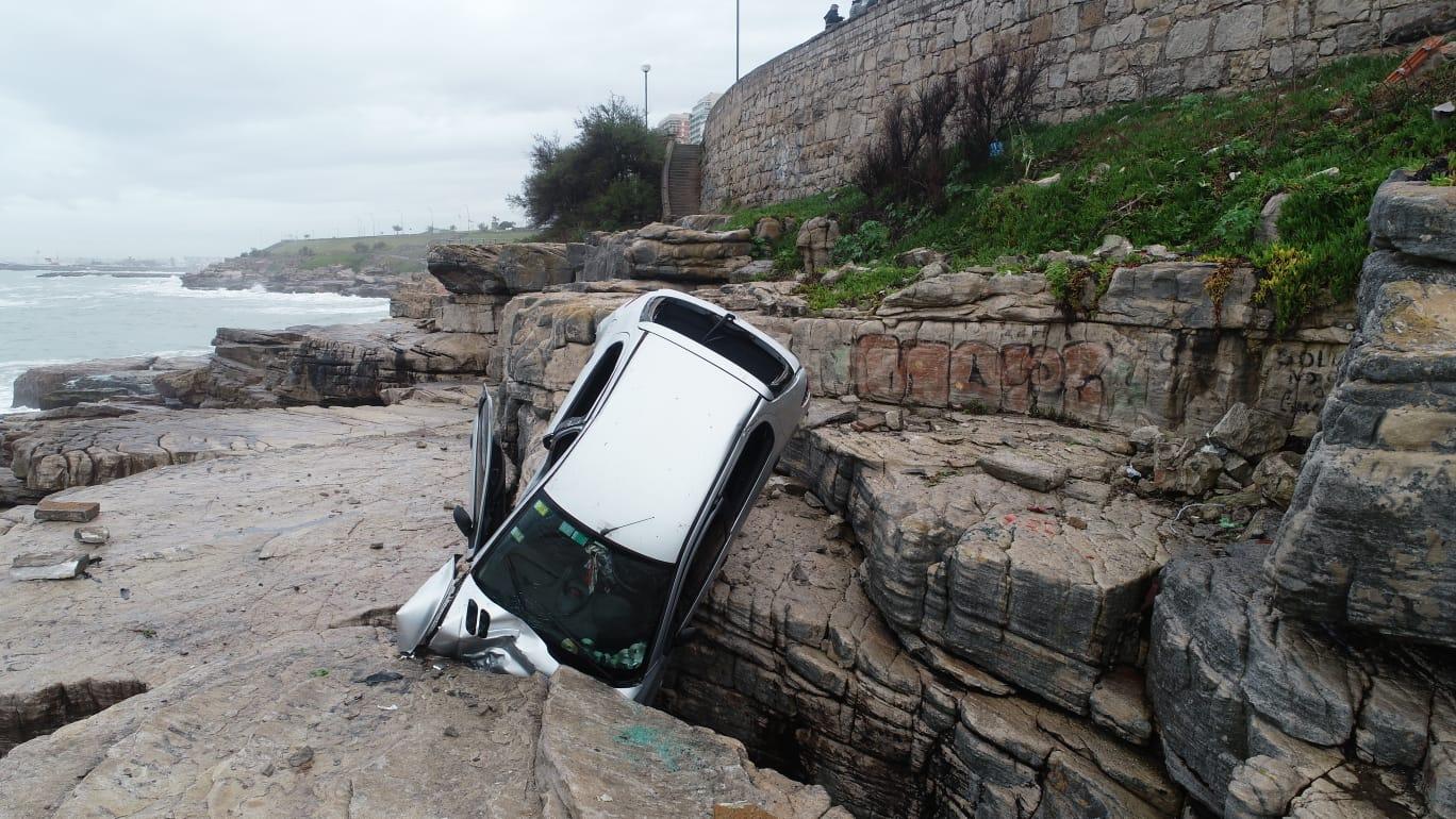 Milagro en Mar del Plata: un auto cayó en un acantilado y la conductora está ilesa