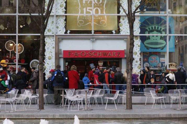 FAO Schwarz la tienda de jueguetes mas famosa de NYC decora sus vitrinas y el lugar en general como una escenificación para un cuento de hadas.
