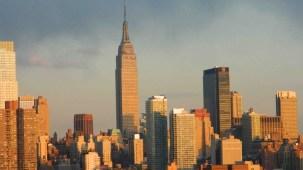 Vista del Empire Estate Building, edificio sobre la calle 34 entre la Quinta y Sexta Avenida. Al atardecer la luz naranja se refleja en su estructura (Foto Nueva York Digital)