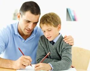 Padre ayuda a su hijo a realizar las tareas.