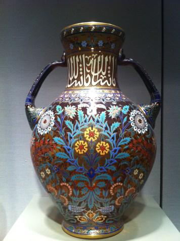 El estilo de la decoración de este vaso con dos asas había sido utilizado durante siglos en el mundo islámico antes de ser adaptado en Austria por Ludwig Lobmeyr (1829-1917). En el siglo XIX se revivió en Europa este estilo decorativo que se originó en el mundo oriental, incluyendo la cultura islámica, a esto se le conoció como el orientalismo. Foto Julio César Paredes