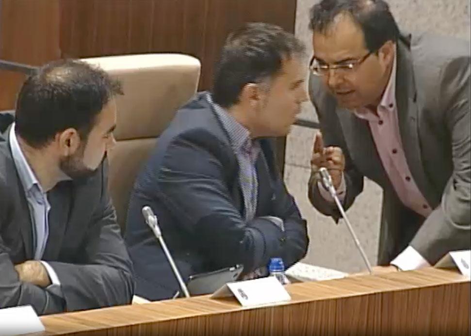 El portavoz de Uleg, Carlos Delgado y el Alcalde, en un instante del Pleno