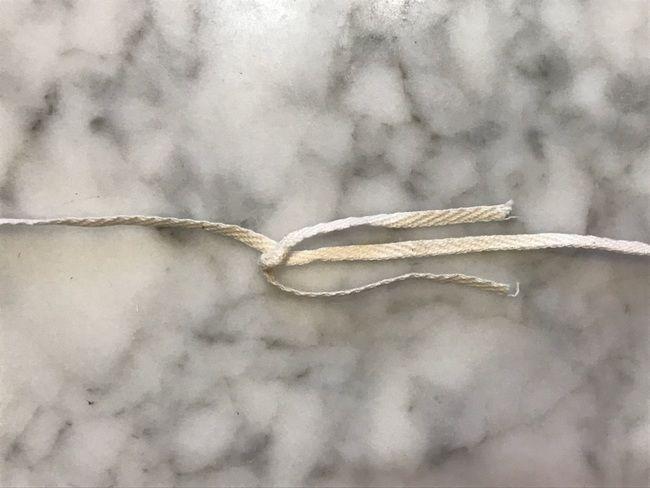 越後上布の糸績みの方法・絡めた糸を片方に寄せて撚る方法