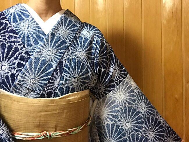 有松絞りの藍染めに浴衣に芭蕉布の生成り無地の9寸名古屋帯のコーディネート