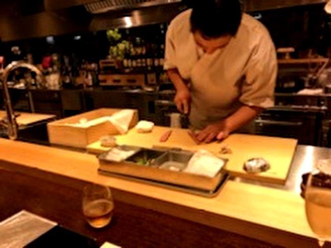 日本食とワイン「かわはら」の店主の調理作業の様子