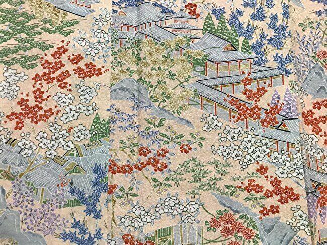 「茶屋辻」の紬のピンクがかった肌色の地色の小紋
