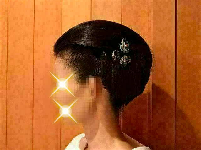 ウイッグを使った着物の髪型・水色の水引きの髪飾りを挿した様子