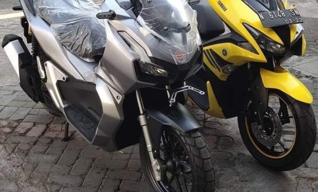 Berencana Beli Yamaha Aerox 155VVA? Simak Keunggulannya Dibandingkan Honda ADV150 - Aerox ADV