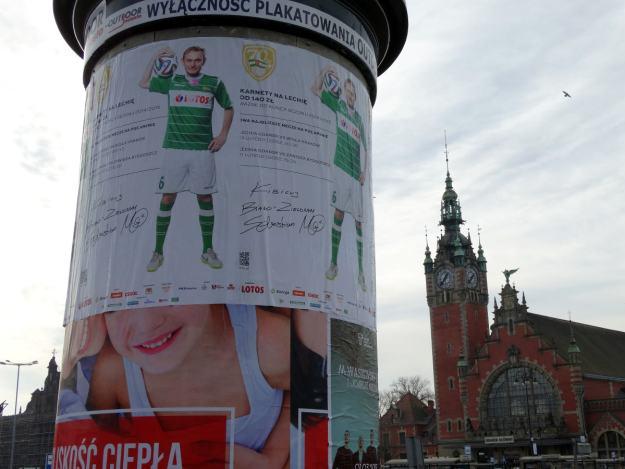 Dworzec Gdańsk Główny i plakat Lechii
