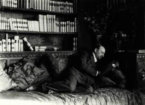 nunes_vais_mario_1856-1932_-_gabriele_dannunzio_sdraiato_mentre_legge