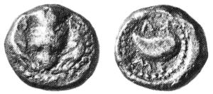 Fig.3 : Dracma calcidese di Cuma. D/Protome leonina tra due teste di cinghiale R/Mitilo; intorno ΚΥME (Parigi 218 = SNG Parigi 548 = N. K. Rutter 1, gr. 5,48)