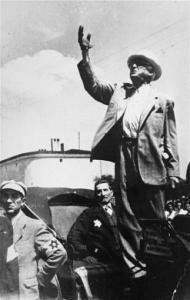 FIG.1: Rumkowski enuncia un discorso pubblico a bordo della sua carrozza.