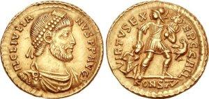 Figura 12) Giuliano II Augusto. 360-363 AD. AV Solidus (4.45 g, 6 h). Zecca di Arelate. FL CL IVLIA-NVS PF AVG, capo barbato diademato con perle, busto corazzato e drappeggiato rivolto a destra / VIRTVS EX-ERC GALL, soldato (Virtus?) stante a destra reggente uno scettro e schiacciante a terra un prigioniero sconfitto con l'altra mano, aquila stante a destra ad ali spiegate, reggente corona in campo destro; KONS(TAN in legatura). RIC VIII 303; Ferrando 1198; Kent, Julian, pl. X, 15; Depeyrot 10/1. (www.cngcoins.com)