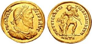 Figura 14) Giuliano II Augusto. 361-363 AD. AV Solidus (4.47 g). Zecca di Antiochia. FL CL IVLIA-NVS PF AVG, capo barbato diademato con perle, busto corazzato e drappeggiato rivolto a destra / VIRTVS EXERCI-TVS ROMANORVM, soldato (Virtus?) stante a destra reggente uno scettro e schiacciante a terra un prigioniero sconfitto con l'altra mano. ANTI. ANTI. RIC VIII 201; Depeyrot 15/2. (www.cngcoins.com)