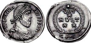 Figura 15) Giuliano II Augusto. 360-363 AD. AR Siliqua (19mm, 1.99 g, 6 h). Zecca di Costantinopoli. DN FL CL IVLI-ANVS PF AVG, capo barbato diademato con perle, busto corazzato e drappeggiato rivolto a destra / VOTIS /X/ MVLTIS/XX in quattro righe inscritto in una corona d'alloro; CP • I. RIC VIII 159 var. (officina); RSC 148†d. (www.cngcoins.com)