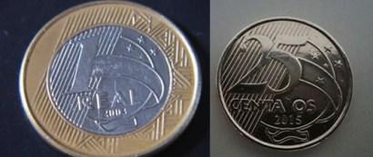 A esquerda uma moeda de um real faltando uma das estrelas do cruzeiro do sul, a direita temos a moeda de 25 centavos sem a letra v da palavra centavo.