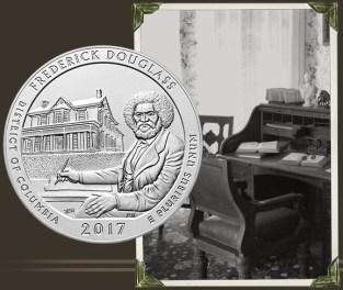 A esquerda uma moeda com a gravura de Frederick Douglass, ele esta sentado com caneta e papel na sua mão, uma casa esta erguida atrás dele, do lado direito temos uma foto real de sua mesa de trabalho.