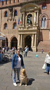 Laura y Grace delante de la basilica de san petronio