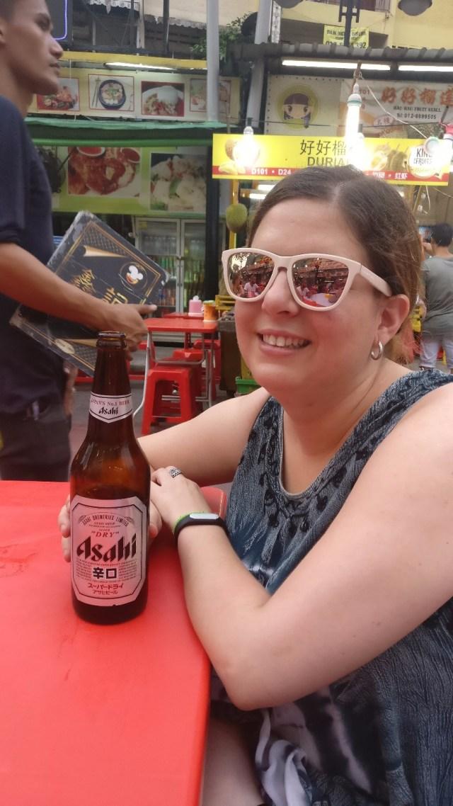 Laura con una enorme cerveza malaya