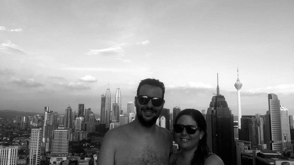 Laura y David delante del infinity pool, foto en blanco y negro