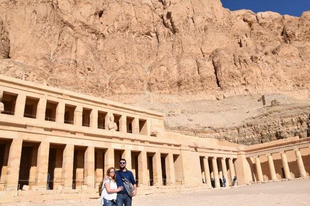 David y Laura delante del templo de Hatshepsut con la montaña de arena detrás