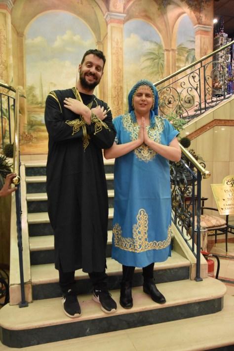 David y Laura vestidos de chilabas en la escalera del barco