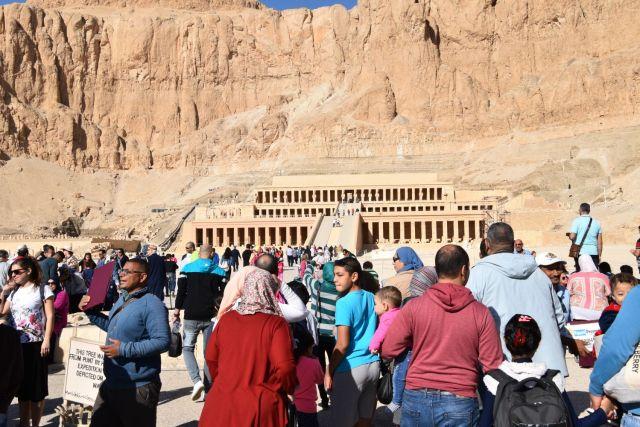 Foto del templo de Hatshepsut con un montón de gente delante