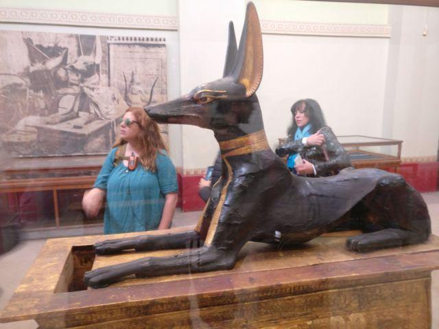 Laura con una estatua del Dios chacal Anubis