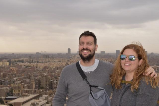 Laura y David con El Cairo de fondo, donde se puede aprecia desde el barrio Copto hasta las pirámides