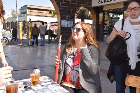 Laura en el bazar con una cachimba en la mano