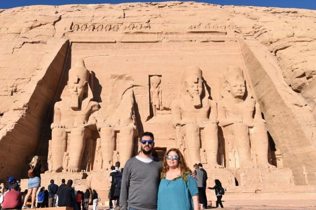 Laura y David delante del templo de Ramses eb Abú Simbel