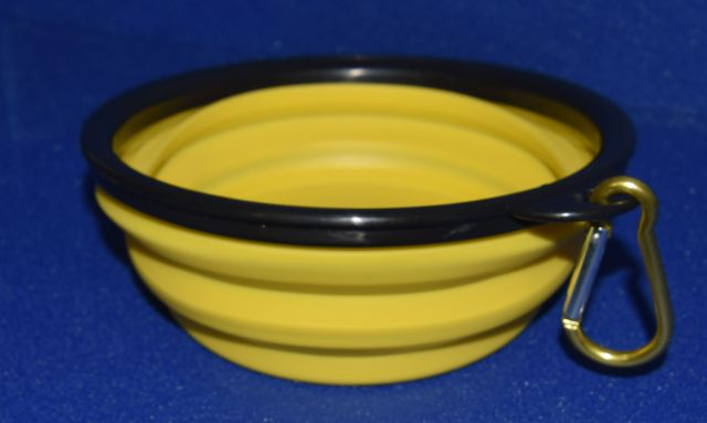 Cuenco amarillo con el borde negro que se puede plegar hasta quedar como un plato