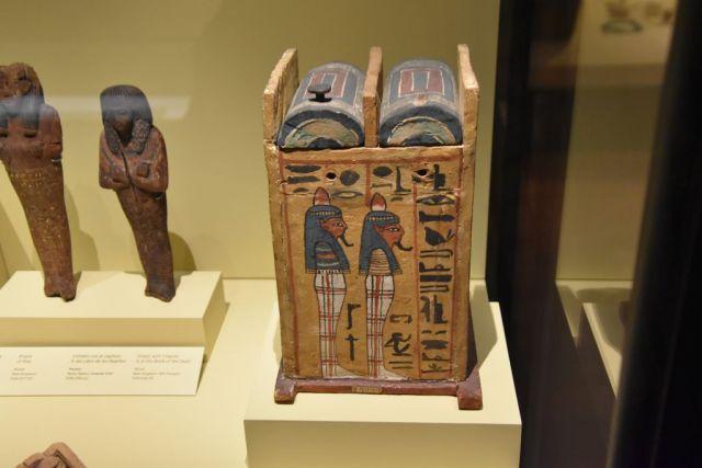 Esta caja de ushebtis es el que nos tocó en la postal. Es una caja rectangular, mas alta que ancha. Hecha a mano en madera, con figuras e inscripciones egipcias de perfil