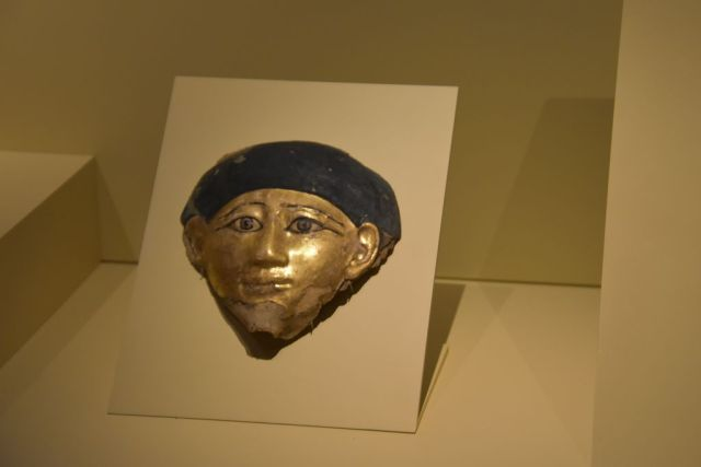 Mascara en oro y azul, muy sencilla, como de un palmo de tamaño