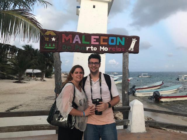 """Laura y David Delante del cartel que dice """"MALECON DE PUERTO MORELOS"""""""