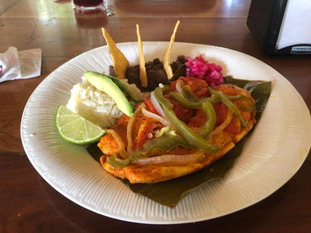Plato de pescado cocinado en el mismo horno que la cochinita pibil