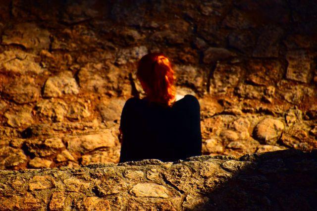 Tomada desde lo alto de la pirámide, se ve a Laura de espaldas con su coleta rubia. El fondo esta desenfocada