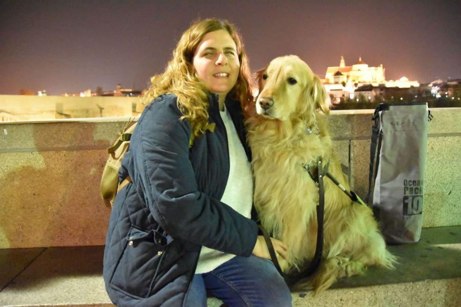 Laura y grace en el puente romano, de fondo la mezquita iluminada de noche