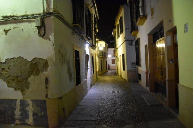 Típica calle cordobesa de noche. Iluminada con farolillos, puertas de madera y paredes blancas