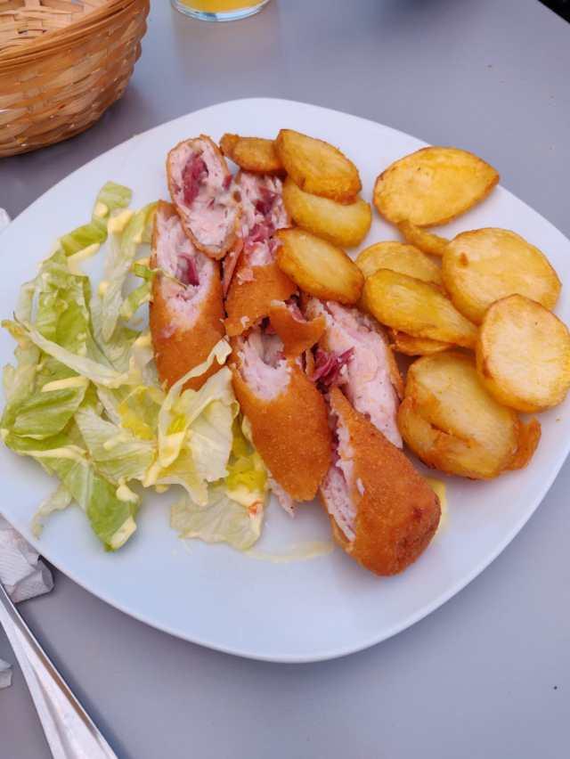 Plato de flamenquín con patatas panadera y lechuga